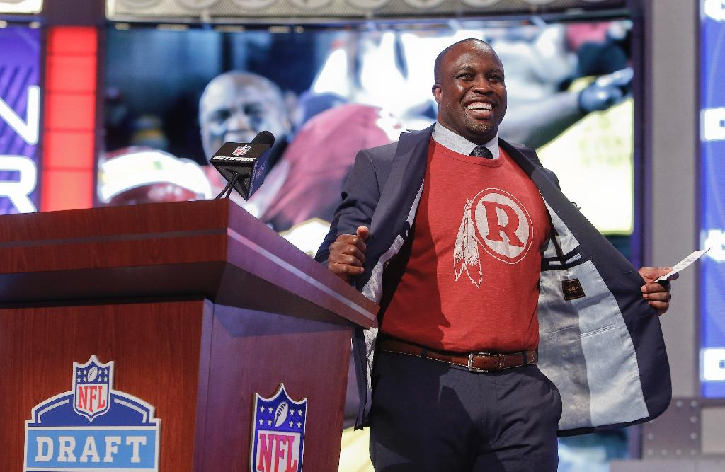 Washington Redskins spell London Fletcher's name wrong as they induct him into ring of honor
