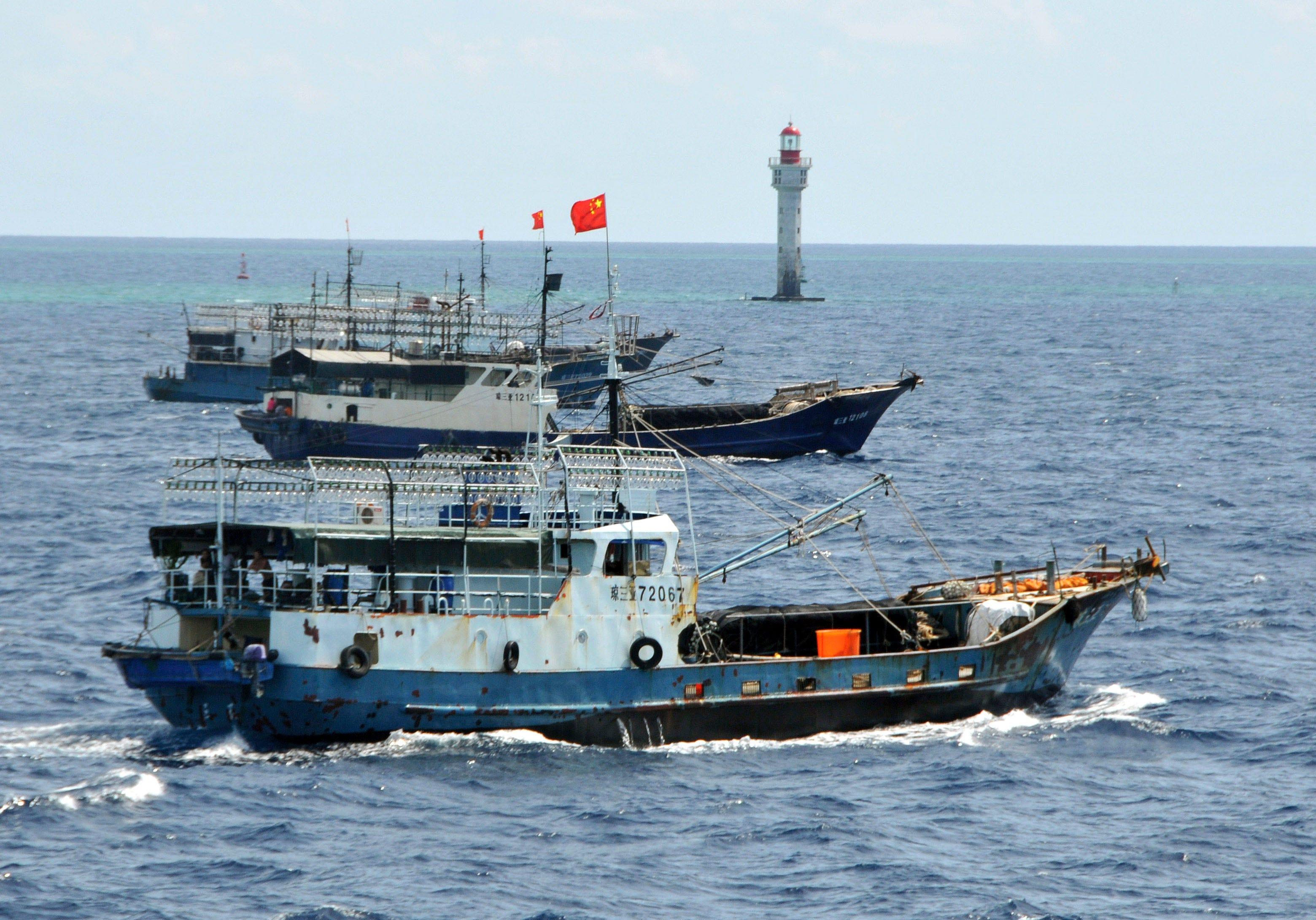 Hạm đội Trung Quốc đánh cá gần vùng biển được bảo vệ của Galapagos, bị cáo buộc làm sai lệch vị trí GPS