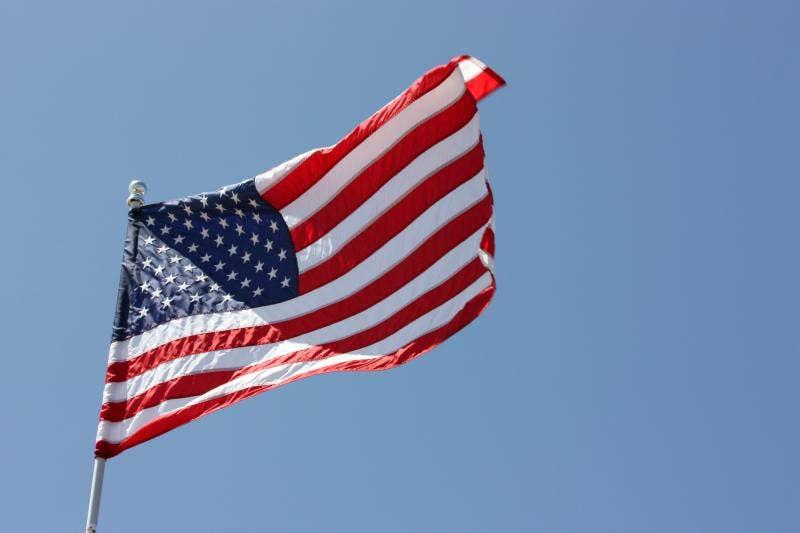 Τέξας υψηλή σχολική ομάδα ποδοσφαίρου φέρει τις σημαίες προς τιμήν στρατιωτικών, αστυνομικών κατά τη διάρκεια του παιχνιδιού