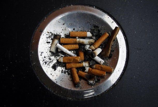 Tây Ban Nha giới thiệu các biện pháp chống COVID mới, bao gồm cả lệnh cấm hút thuốc một phần