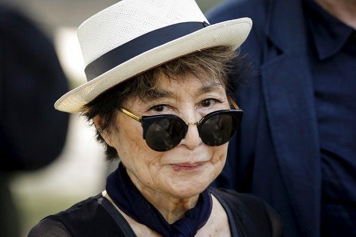 Yoko Ono, 87 tuổi, ốm yếu và sử dụng xe lăn, đang 'chậm lại', người trong cuộc nói