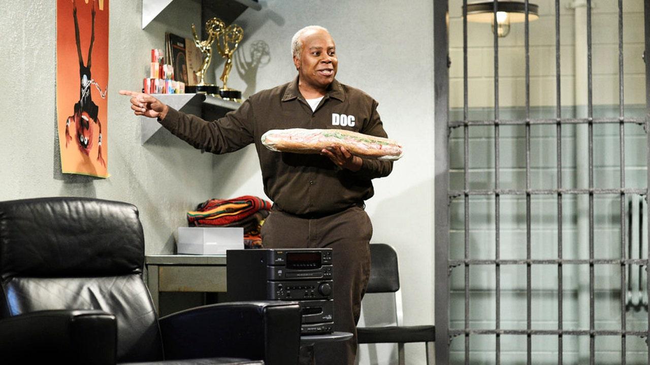 'Saturday Night Live' takes aim at Bill Cosby's time in prison