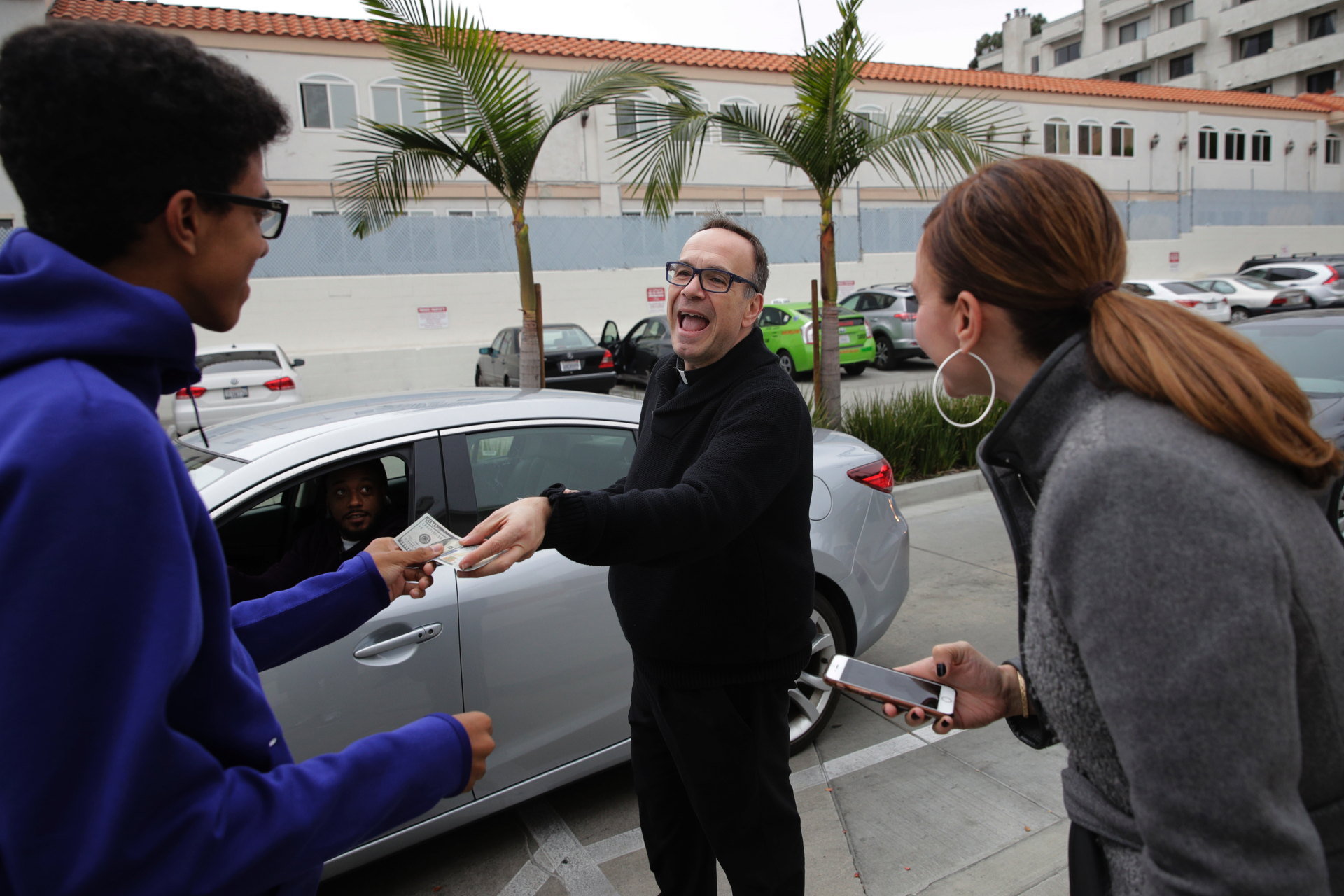Priest crisscrosses US performing random acts of kindness