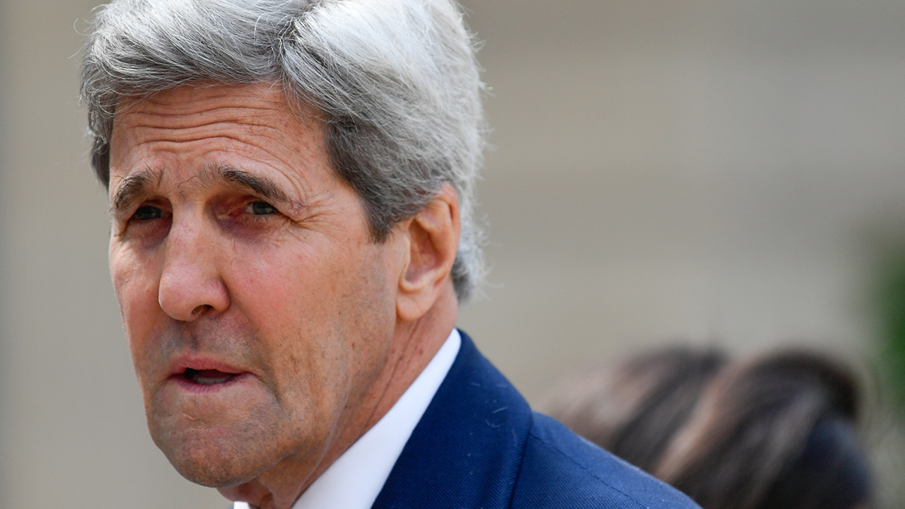 John Kerry says Trump should resign during appearance at Davos