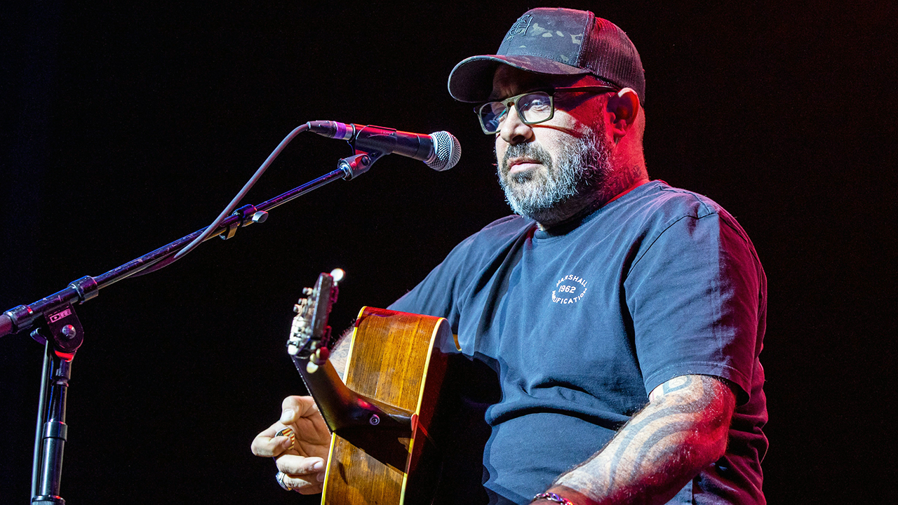 Singer Aaron Lewis cuts show short, says he doesn't speak Spanish because he's American thumbnail