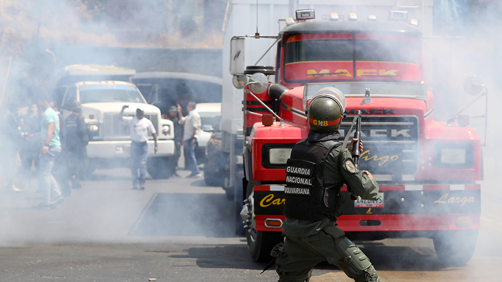 Guaido's trucks clash with Maduro's military in attempt to force aid into Venezuela thumbnail