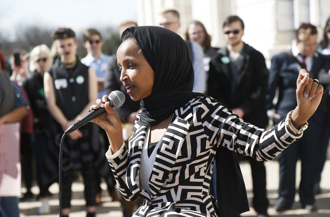 Rep. Ilhan Omar faces hundreds of protesters outside CAIR fundraiser in California thumbnail