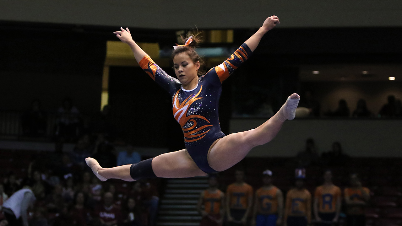 Auburn University senior gymnast suffers devastating leg injury during floor routine