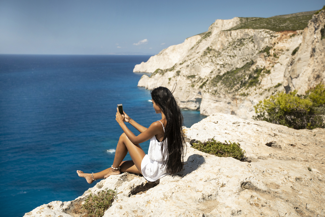 Tourists ignore warnings, pose at cliffside hours after woman dies taking selfies