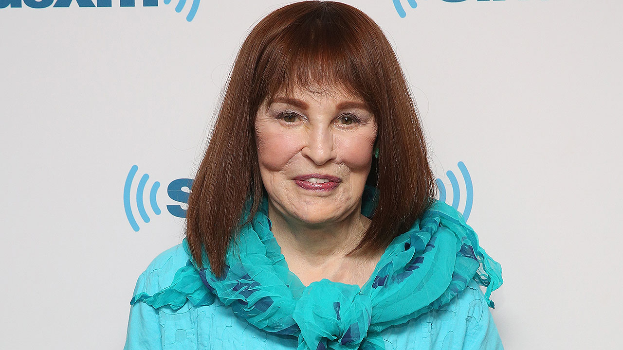 Gloria Vanderbilt, model, fashion designer and mother to Anderson Cooper, dead at 95