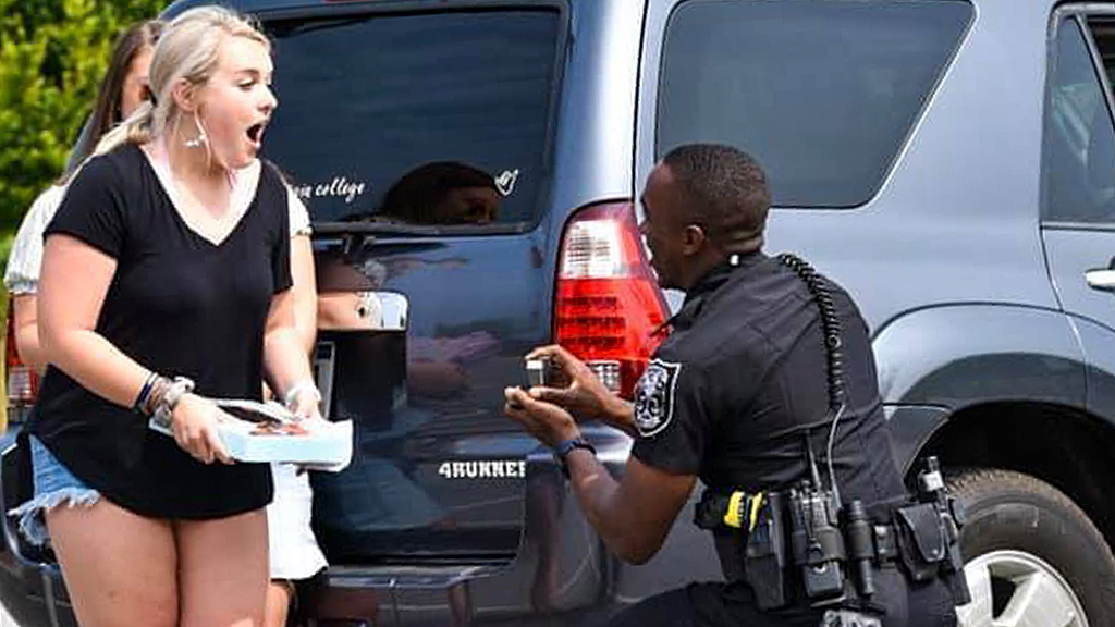 Georgia police officer pulls over girlfriend to propose thumbnail