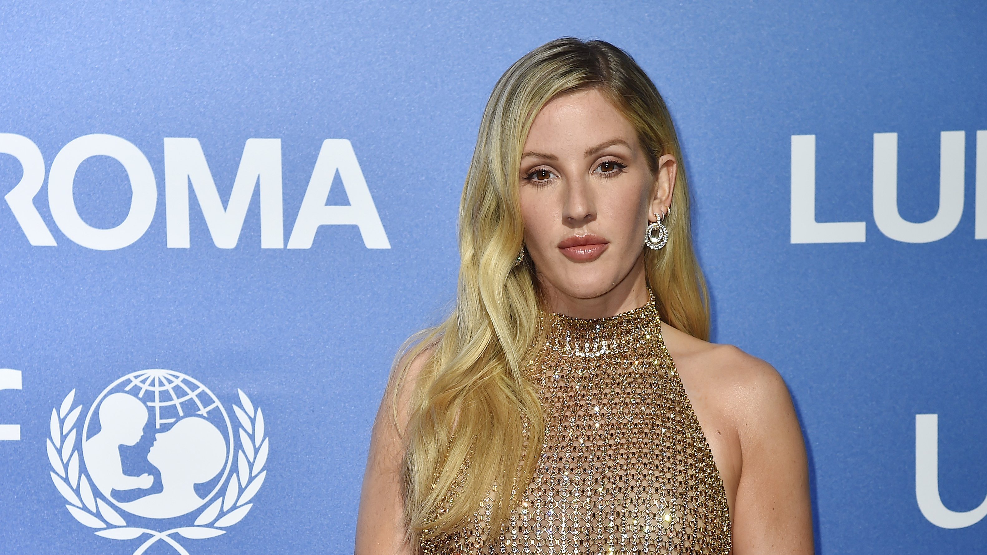 Ellie Goulding shows off her six pack while on honeymoon