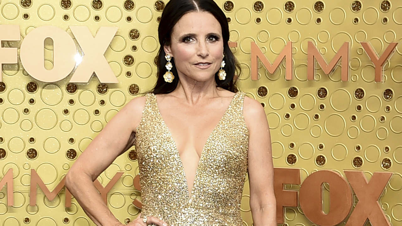DNC: Host Julia Louis-Dreyfus channels her inner Selina Meyer as she takes shots at Trump Pence – Fox News