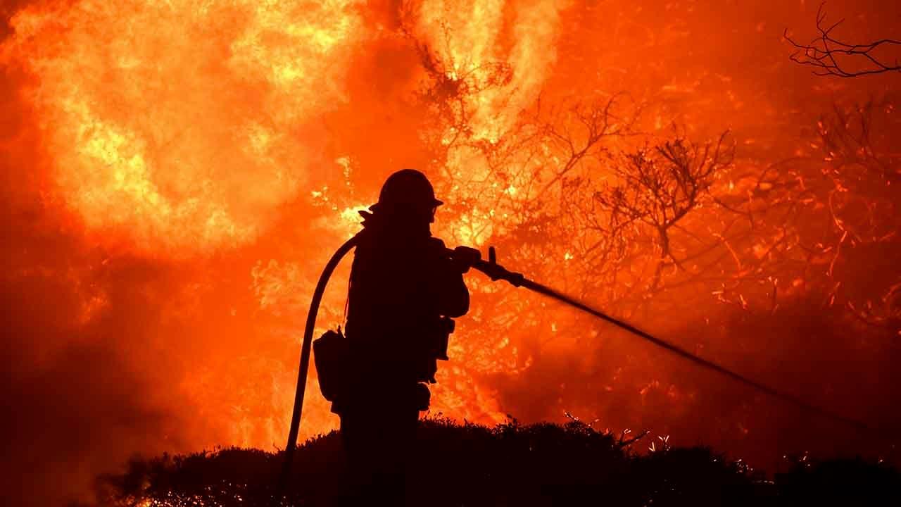 Kebakaran di California meminta evakuasi darurat rangka mempengaruhi ribuan di LA, pinggiran