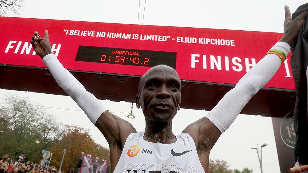 Kenya Eliud Kipchoge menjadi orang pertama pecah 2-jam maraton penghalang