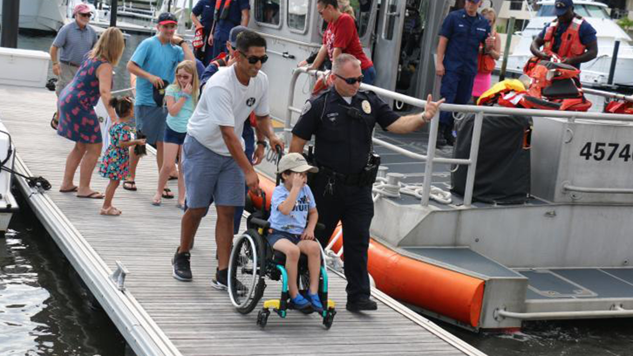 Florida boy, 5, kämpft gegen einen aggressiven Hirntumor bekommt auf Patrouille mit Küstenwache, Polizei