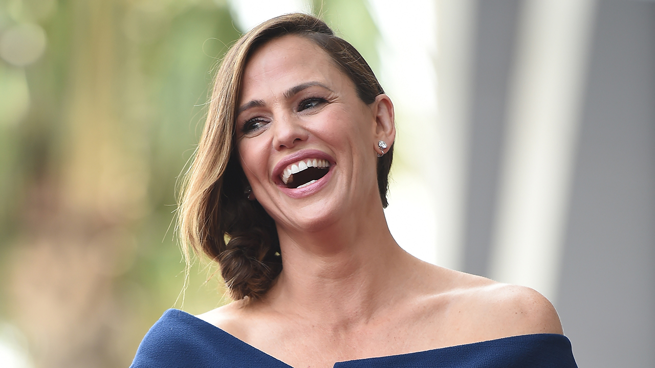 Jennifer Garner has all-too-relatable mom moment while taking her daughter to school bus stop - Fox News