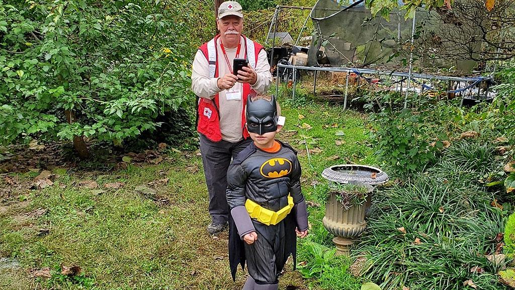 Sheriff ' s officer überraschungen boy, 6, mit neuen Halloween-Kostüm nach der Familie verliert Haus bei Brand