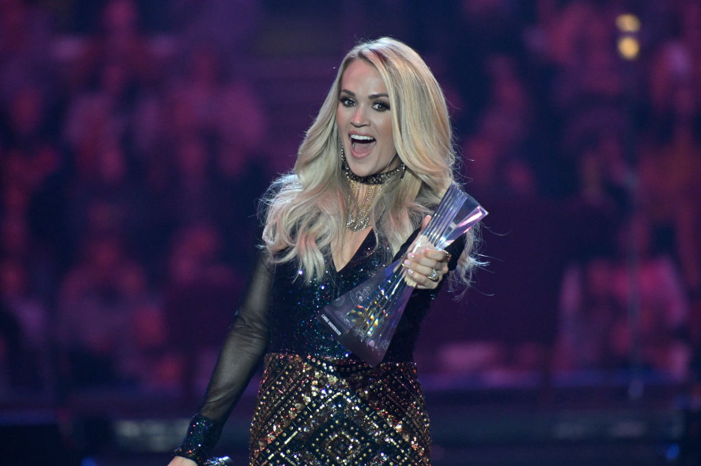 Carrie Underwood accepts CMT award in sleek, long-sleeved dress during Cleveland performance