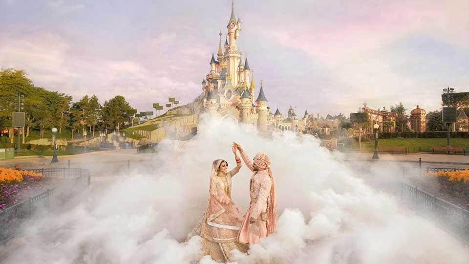 'ボリウッドを満たすディズニー':カップルの段階を贅沢に2日間の結婚式でのディズニーランドパリ