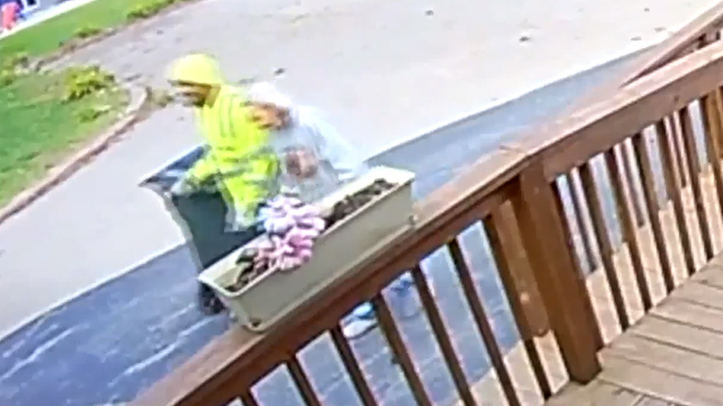 Westlake Legal Group good-samaritan Missouri sanitation worker caught on camera helping 88-year-old woman with dementia Talia Kaplan fox-news/us/us-regions/midwest/missouri fox-news/us/personal-freedoms/proud-american fox-news/good-news fox news fnc/us fnc article 64159424-28bb-59f0-929c-2a32a3d2cbe2