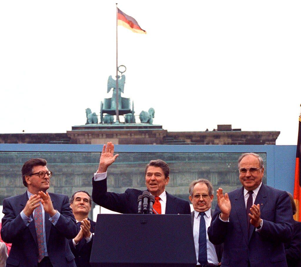 Đại sứ quán Mỹ tại Berlin để khánh thành bức tượng Ronald Reagan trước sự sụp đổ của Bức tường Berlin kỷ niệm 30 năm