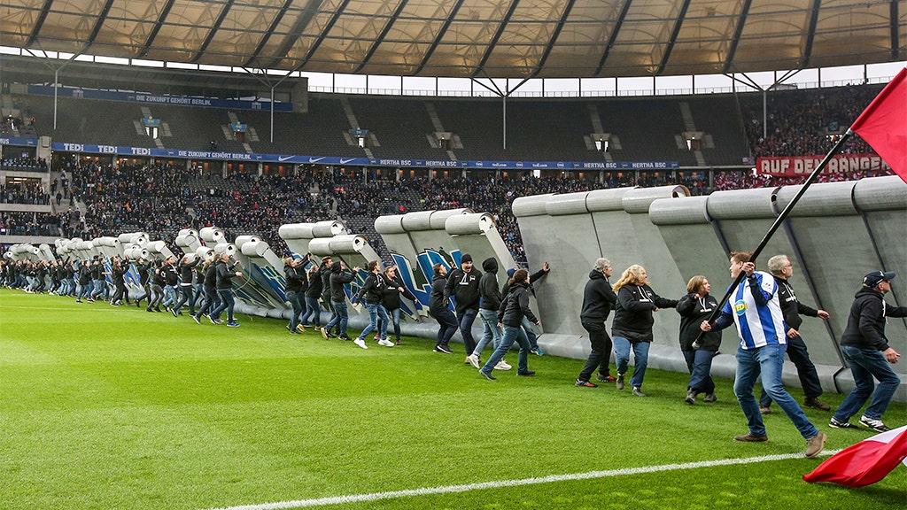 Fake 'Berliner Mauer' abgebaut durch den deutschen Fußball-fans vor dem Spiel