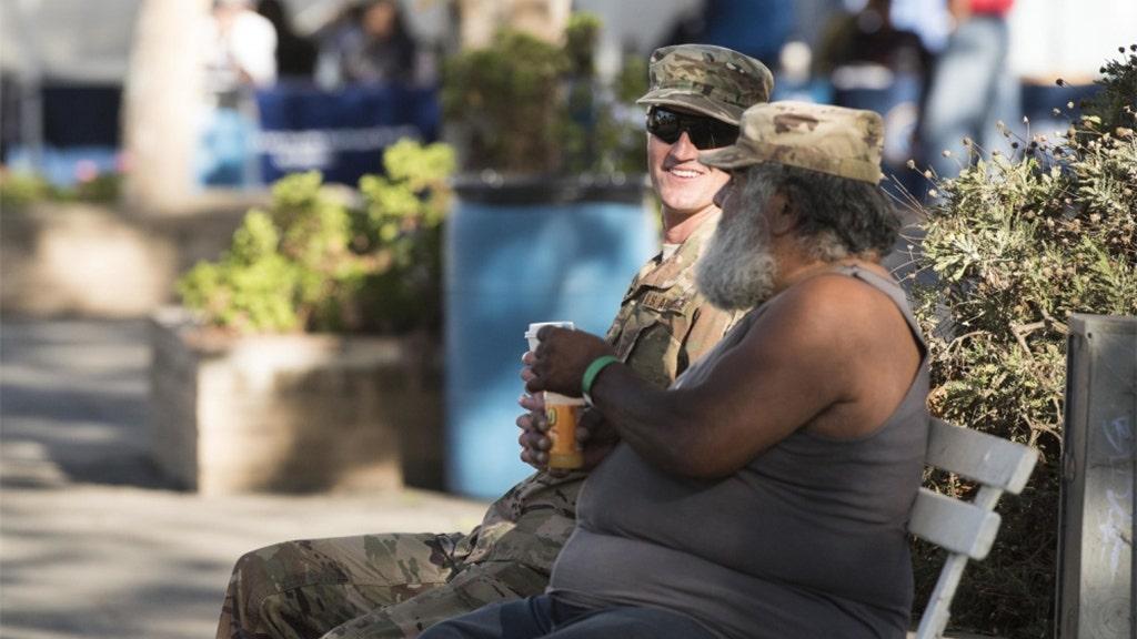 Santa Barbara Veterans Stand Down event kết nối các bác sĩ vô gia cư, các thành viên phục vụ tích cực