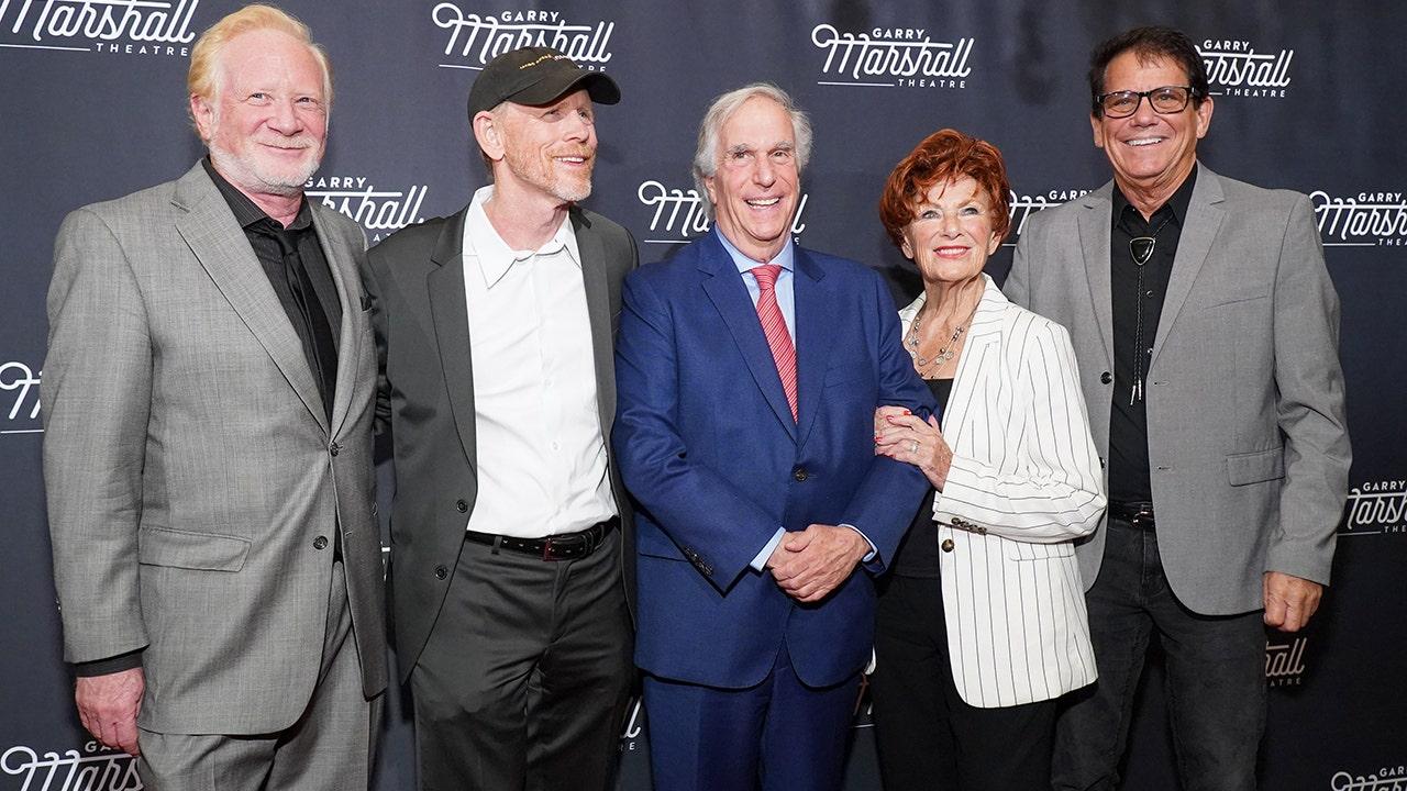 Ngày hạnh phúc của các đồng nghiệp bày tỏ lòng tôn kính với Garry Marshall, người sáng tạo quá cố của sitcom