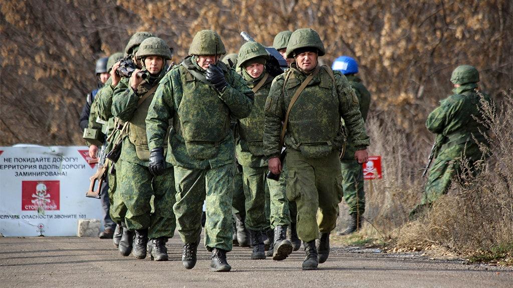 Ukrainischen Streitkräfte, Russisch-unterstützten Separatisten beginnen pullback im Krieg zerstörten Donbass