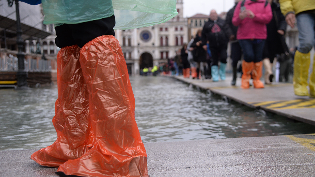 Venice tourist taking selfie hilariously falls in water