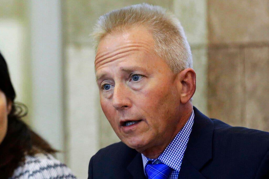 5 pembantu Demokrat Jeff Van Drew mengundurkan diri karena ia pertimbangkan beralih ke GOP