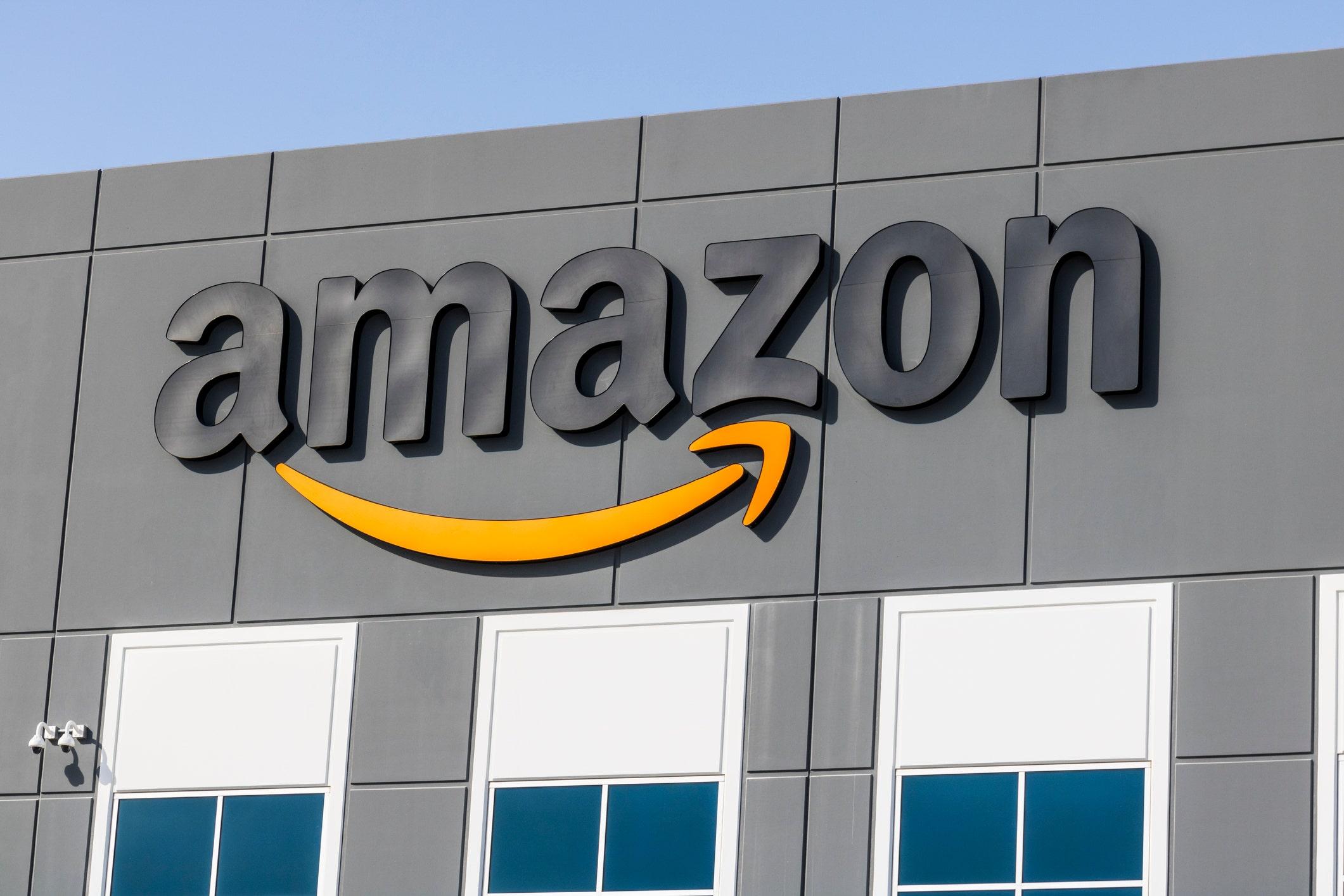 Amazon Lieferung-Treiber in Kalifornien gefangen auf Kamera scheinbar spucken Paket