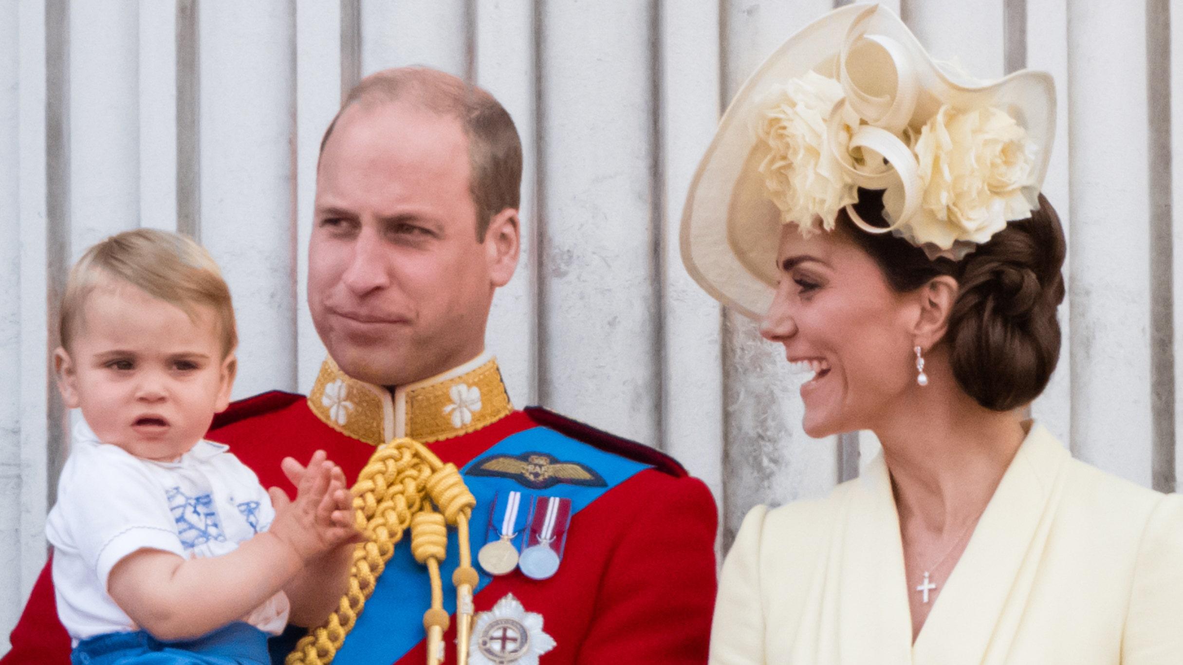 Ο πρίγκιπας Γουίλιαμ γιορτάζει τα Χριστούγεννα με την ανταλλαγή αξιολάτρευτο φωτογραφία με τα παιδιά του