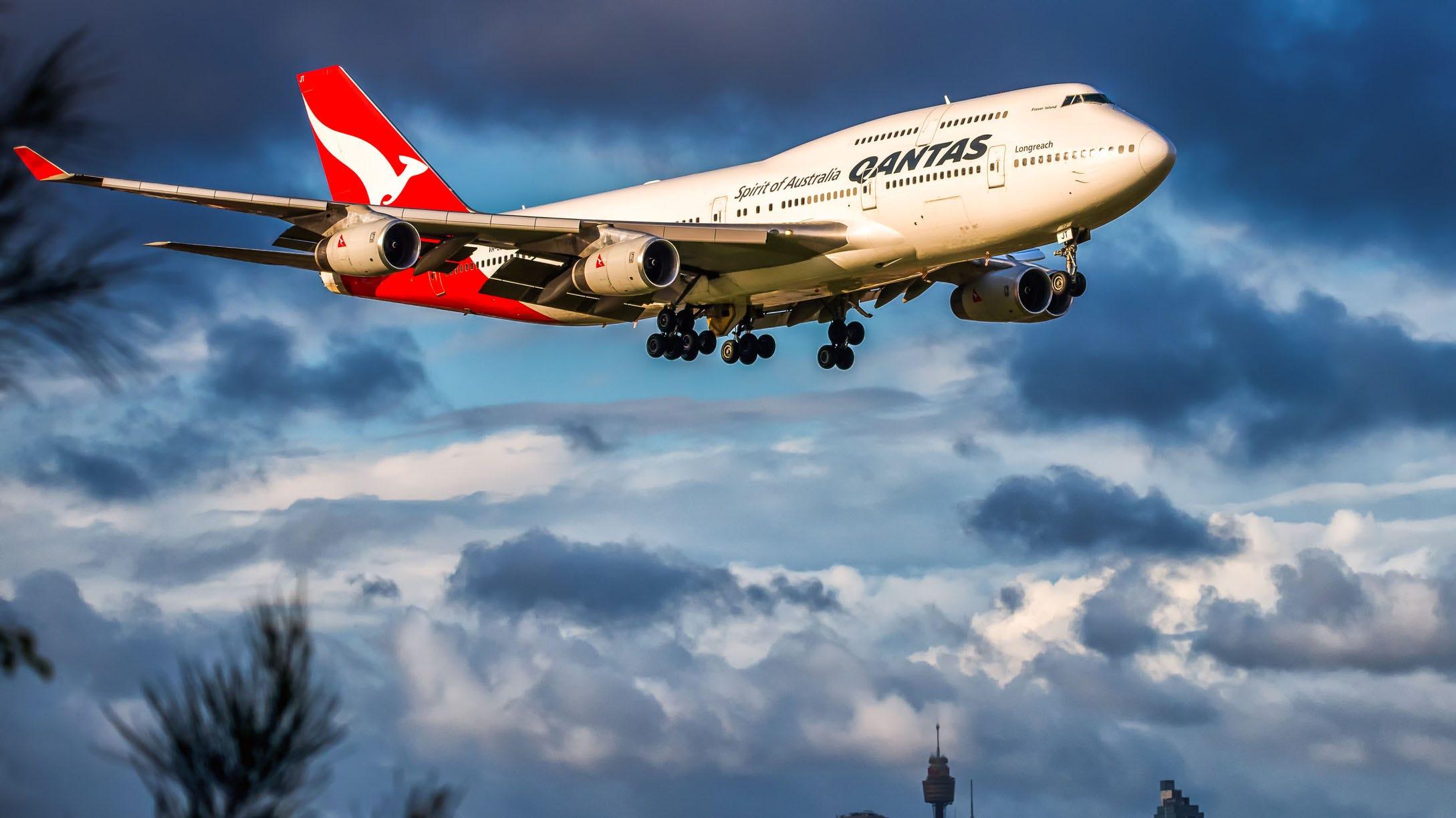 Los pasajeros de Qantas Airways huyen de un avión lleno de humo mientras 'el capitán gritaba evacuar' thumbnail