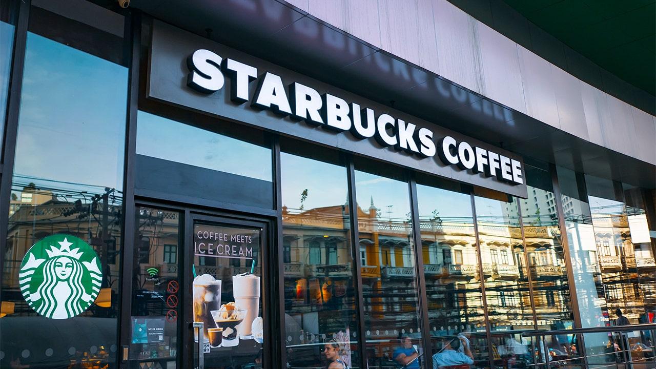 Starbucks se disculpa luego de que 2 agentes uniformados de California fueron presuntamente rechazados thumbnail