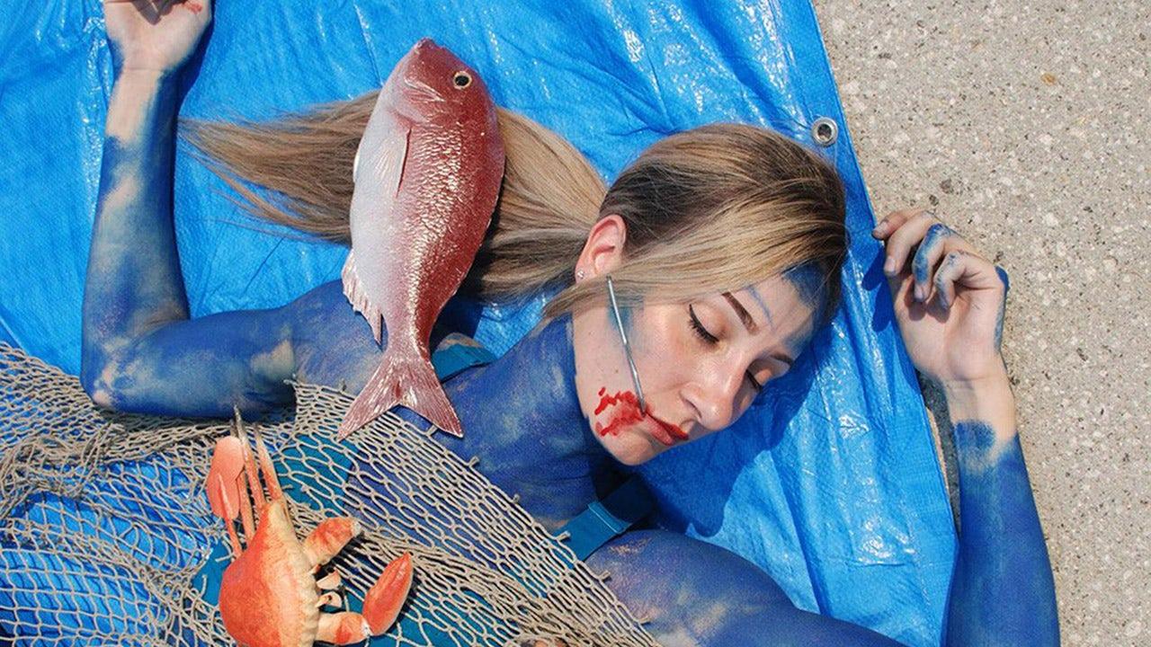 PETA-Aktivisten keine Körper malen, imitieren, tote Fische zu protestieren Urlaub Meeresfrüchte Verkauf