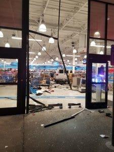 Van χτυπάει Ross Φόρεμα για Λιγότερο κατάστημα έξω από το Σιάτλ, τραυματίζει 11, 3 κριτικά