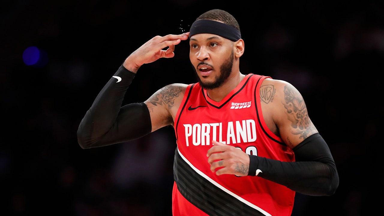 Carmelo Anthony sieht, der seine Knicks jersey zurückgezogen, nachdem die Karriere vorbei ist