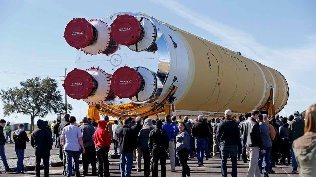 Massive NASA-Rakete Teil werden übergesetzt bis Mississippi River barge auf