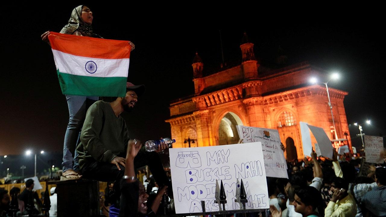 Gewalttätige Auseinandersetzungen ausbrechen, die in Indien folgenden Teufelskreis Wochenende Angriff auf Studenten, Frauen