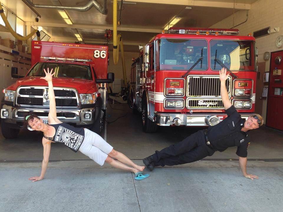 Κολοράντο γυναίκα διδάσκει γιόγκα σε αστυνομικούς, πυροσβέστες για να βοηθήσει με το άγχος, τραύμα