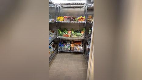 キム-カーダシアンドに近い空冷蔵庫の写真のツアーのキッチン,フローズンヨーグルトルーム
