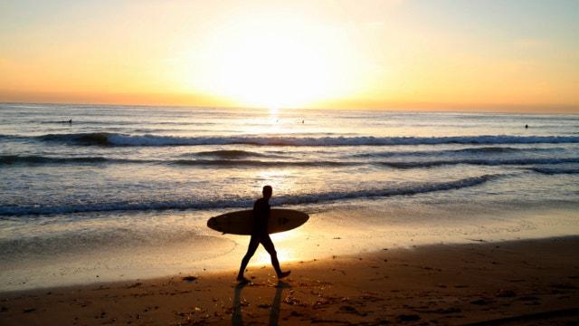 60-Fuß-Welle stürzt auf Brasilianische surfer Felipe