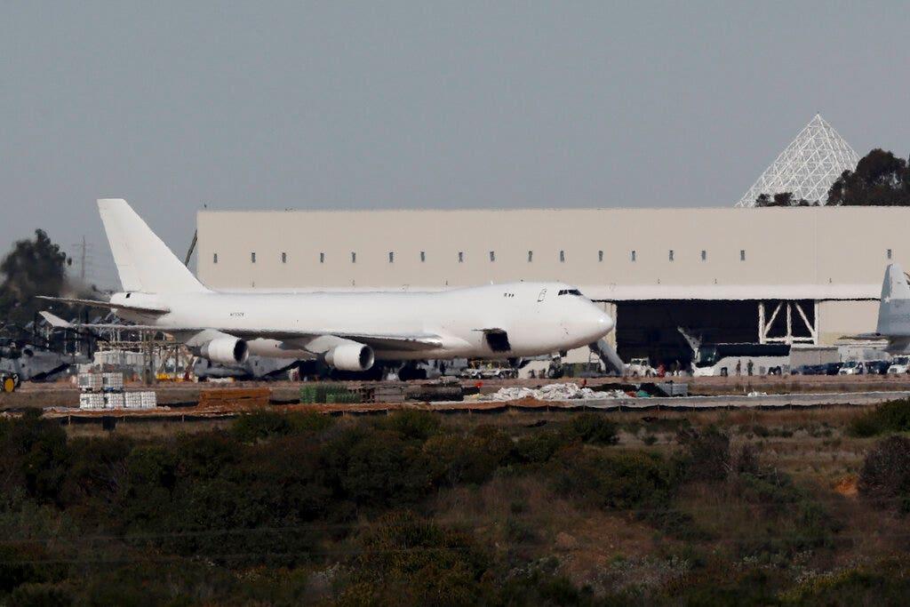Η πτήση φτάνει στην Καλιφόρνια από το επίκεντρο του coronavirus εστία, 178 επιβάτες θα είναι σε καραντίνα