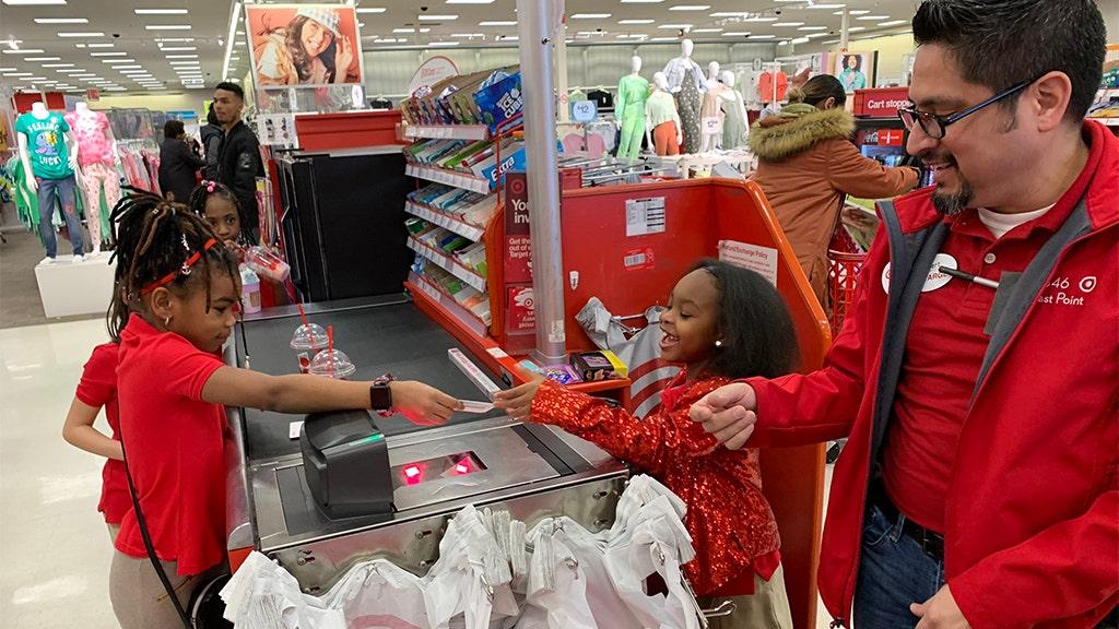 Ατλάντα κορίτσι, 8, φιλοξενεί Στόχο-θεματικά πάρτι γενεθλίων στο τοπικό κατάστημα σας, πλήρης, με στολές