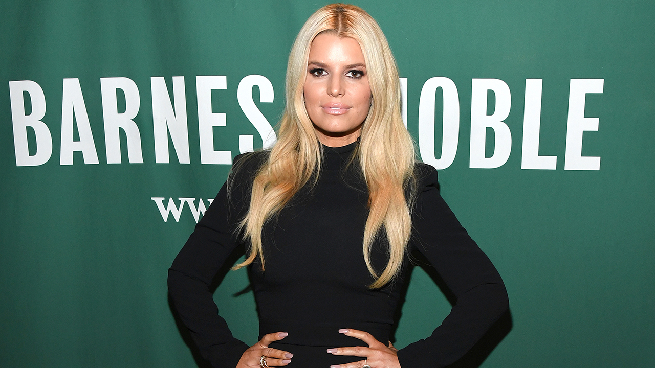 Jessica Simpson shows off toned legs in new pic: 'Hot!!!!'