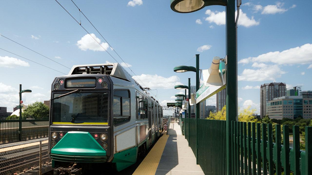 Boston-Zug aus dem Betrieb genommen, nach Reiter leckt Pole im inneren, sagen die Beamten