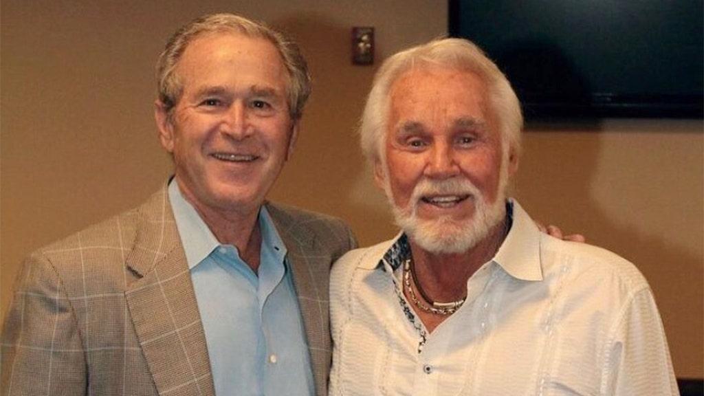 George W. Bush αποτίει φόρο τιμής στον Κένι Ρότζερς μετά το θάνατό του