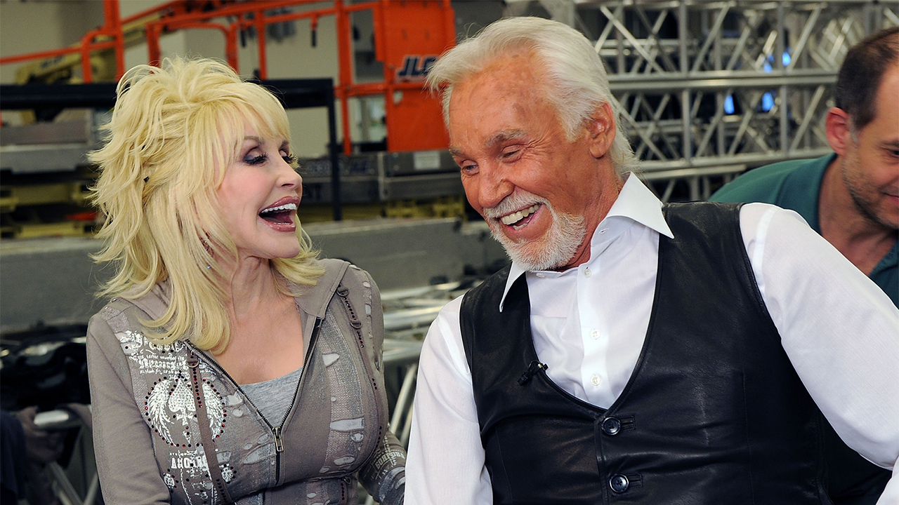 Photo of Dolly Parton sings tribute to Kenny Rogers while self-isolating from the coronavirus | Fox News